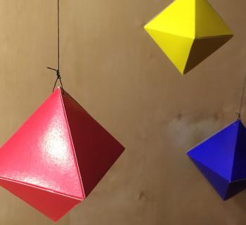 Montessori-mobil-iz-oktaedrov-svoimi-rukami-dly-domashnei-sredi