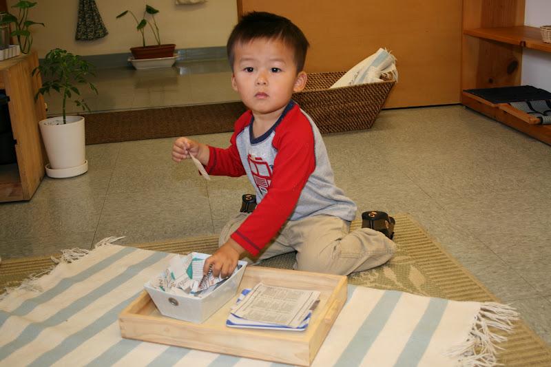 Ребенок занимается в Монтессори-классе