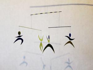 Монтессори-мобиль-танцующие-человечки-сделать-для-детей