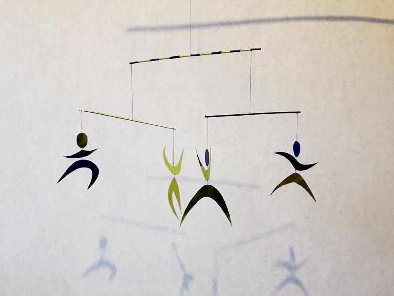 Монтессори мобиль танцующие человечки сделать для детей