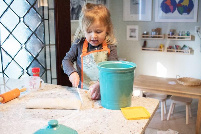 Ребенок готовит сам