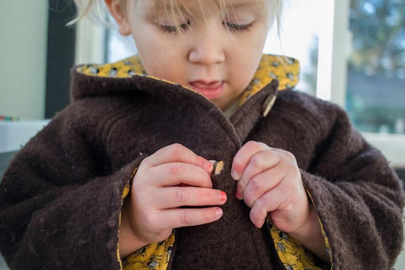 Ребенок-самостоятельно-застегивает-пуговицы