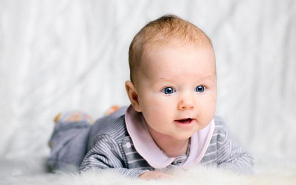 В 8–10 недель большинство детей хорошо удерживает голову