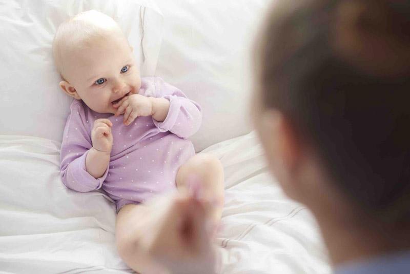 Мама общается с малышом до года