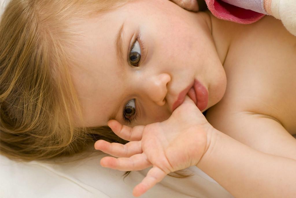 Как отучить ребёнка сосать пальцы