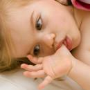 Ребенок-сосет-палец