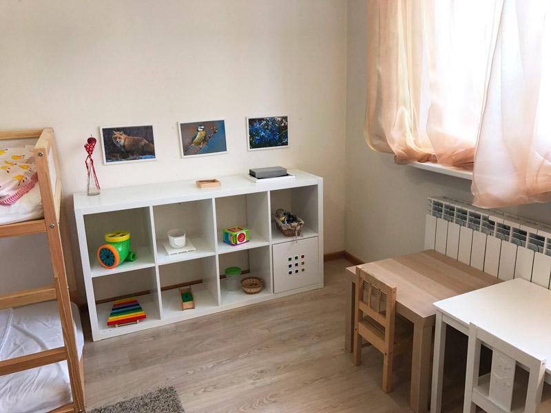 Рабочая (игровая) зона в комнате двух сестёр 1,5 и 3 лет. Обратите внимание, что у каждой сестры свой столик: это их личное пространство, за которым они могут не только играть, но и лепить, рисовать.