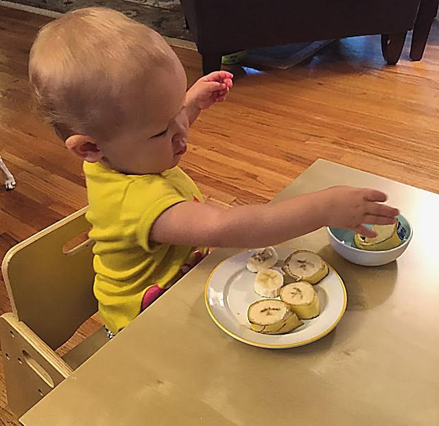 Маленький-ребенок-готовит-перекусjpg