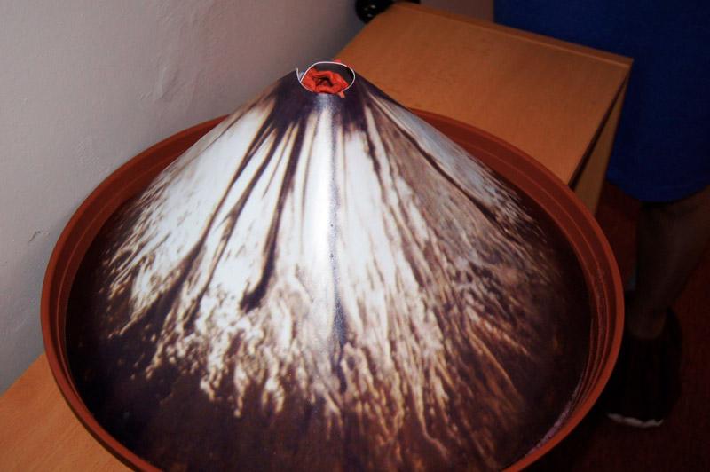 Модель вулкана из бумаги