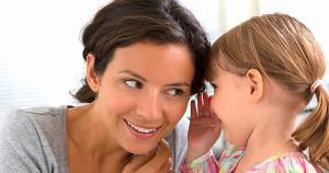 Ребенок разговаривает с мамой