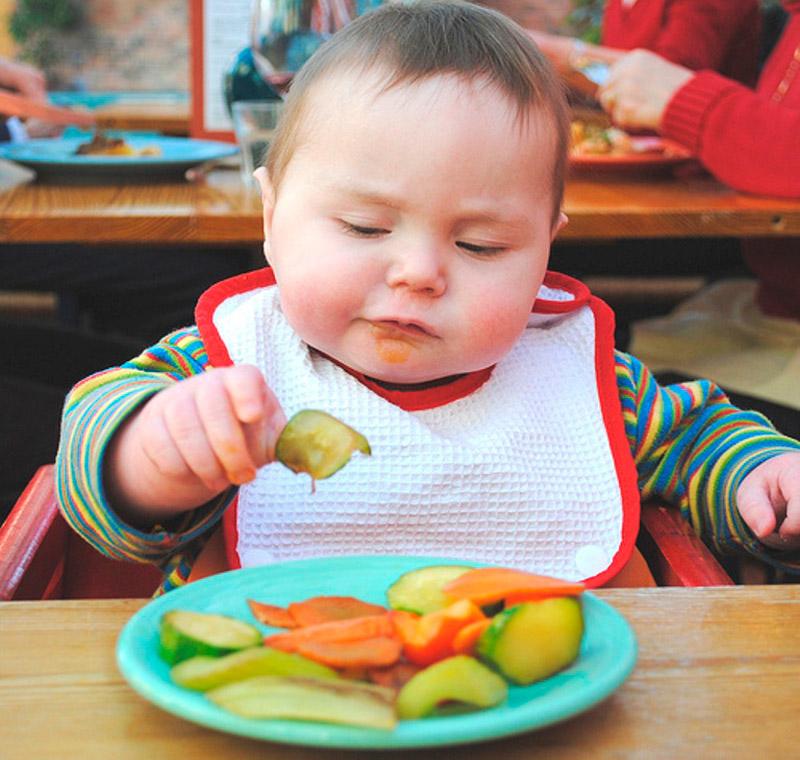 Ребенок-кушает-фрукты