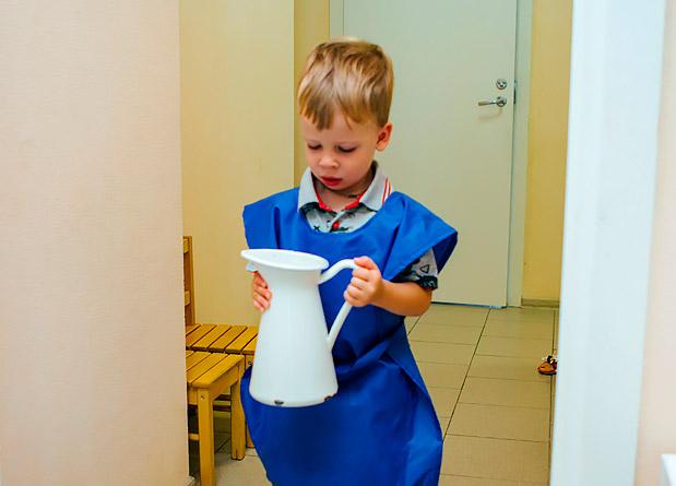 Ребенок-переносит-кувшин-с-водой