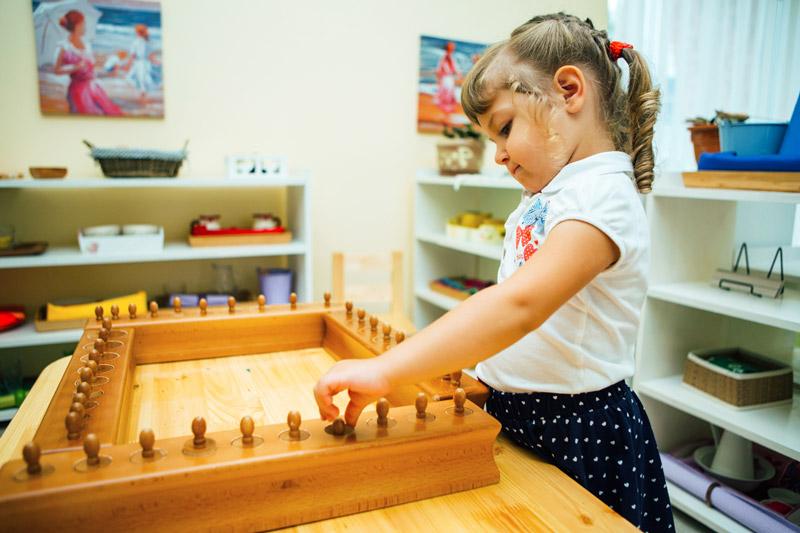 Ребенок-работает-с-блоками-цилиндров