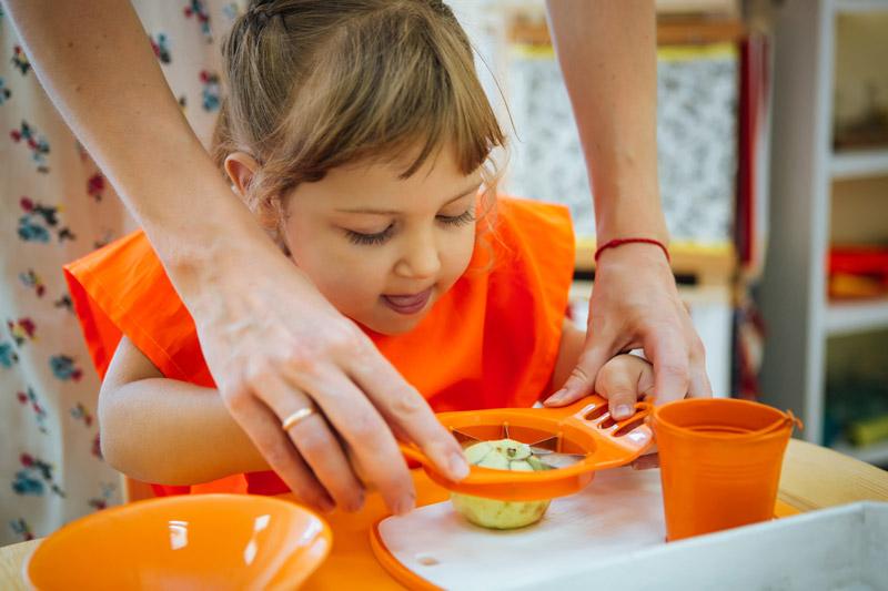 Ребенок-режет-яблоко-с-помощью-яблокорезки