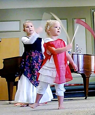 Снятие-перевозбуждения-у-ребенка-с-помощью-танцев