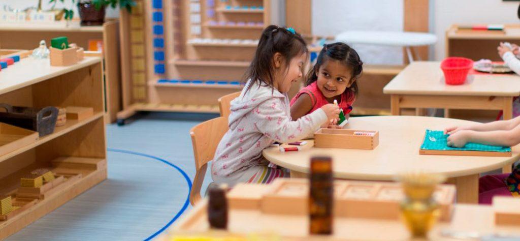 Дети-занимаются-в-Монтессори-классе