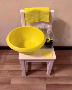 Ребенок моет стол