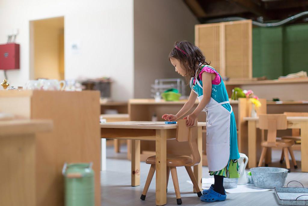Монтессори дома: упражнение «Мытьё стола»