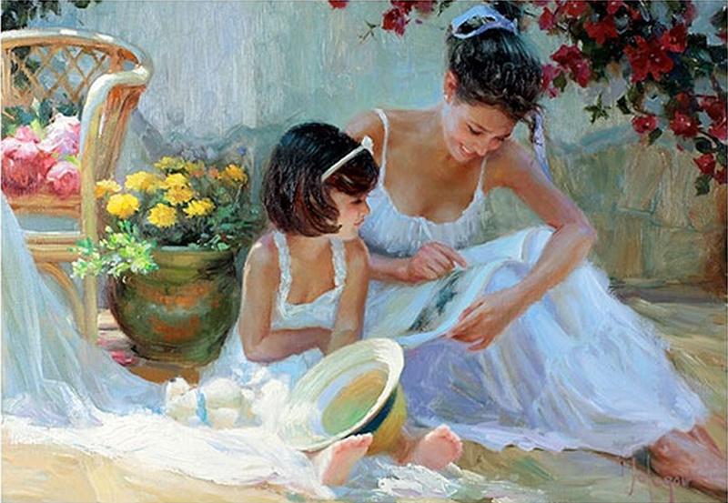 мама с дочерью сидят в саду