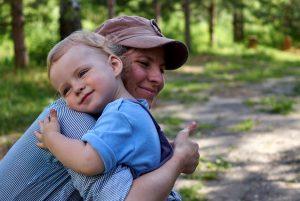 Мама и ребёнок обнимаются