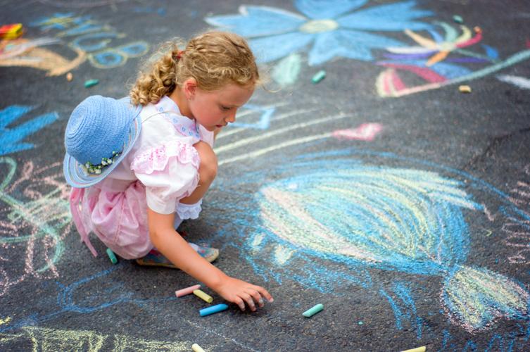 Ребёнок рисует цветными мелками