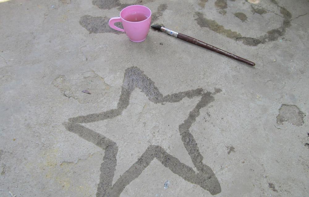 Рисование водой по асфальту