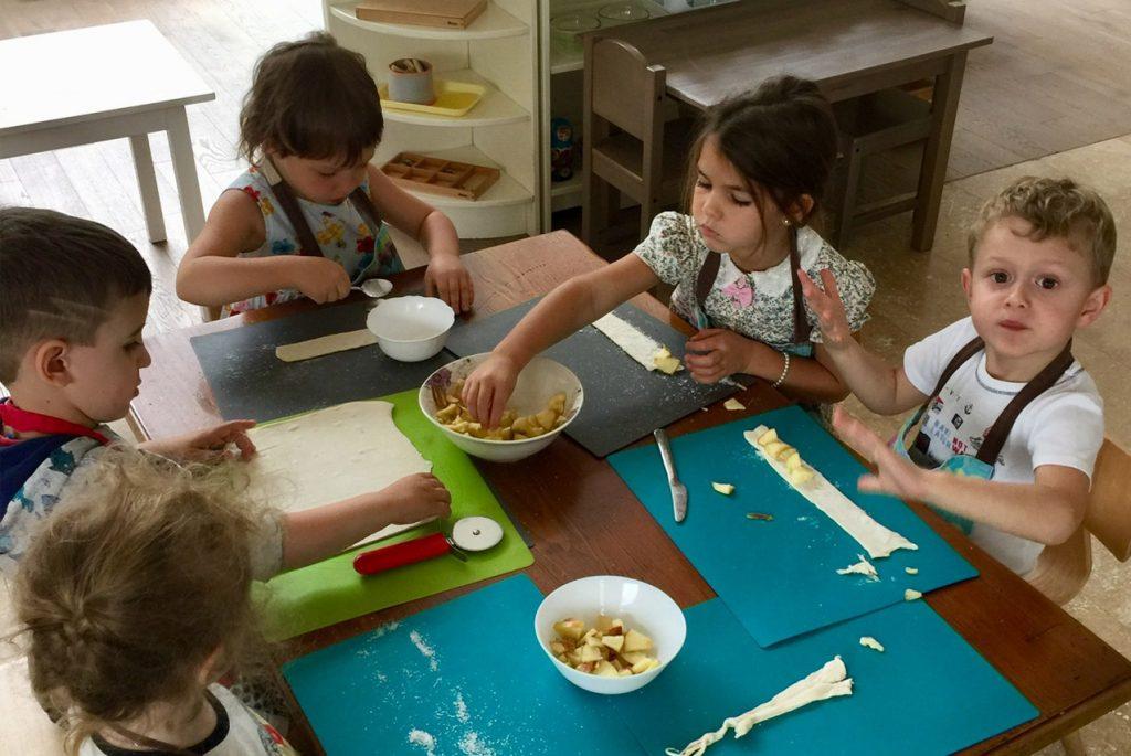 Дети сами готовят яблочные розочки
