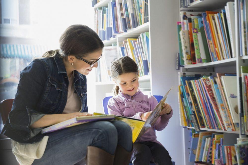 семья в библиотеке