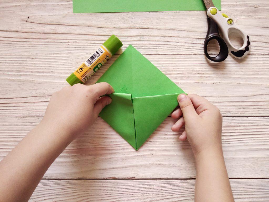 сгибаем бумагу для закладки