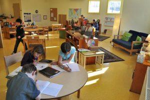 Дети изучают язык в Монтессори-класссе