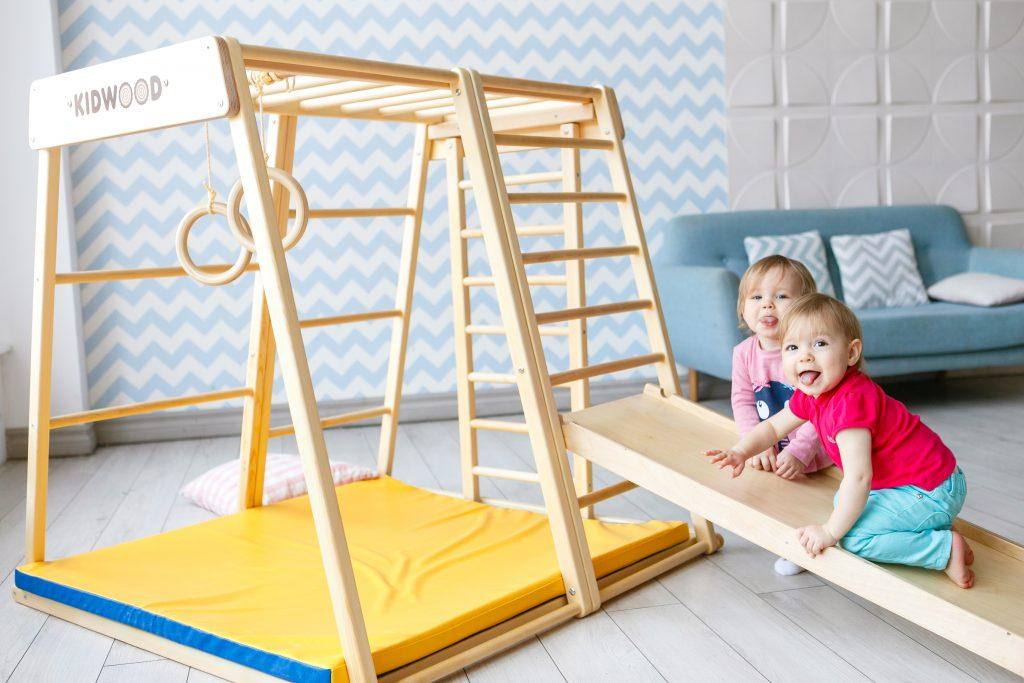 дети до 3 лет на карабкаются по лестнице