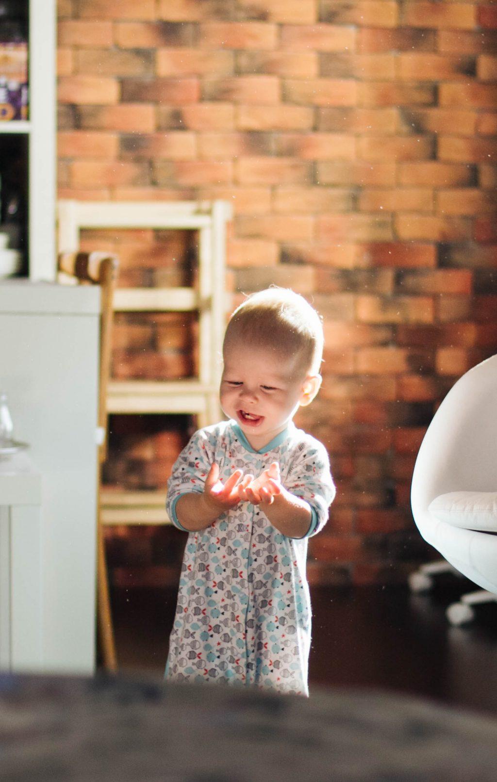 Матвей играет с солнечными лучиками