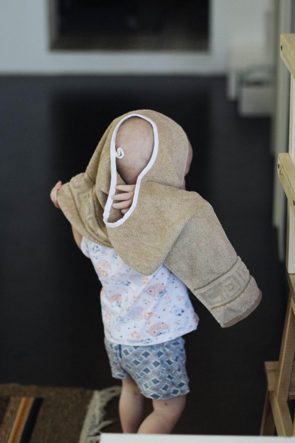 Малыш надевает фартук