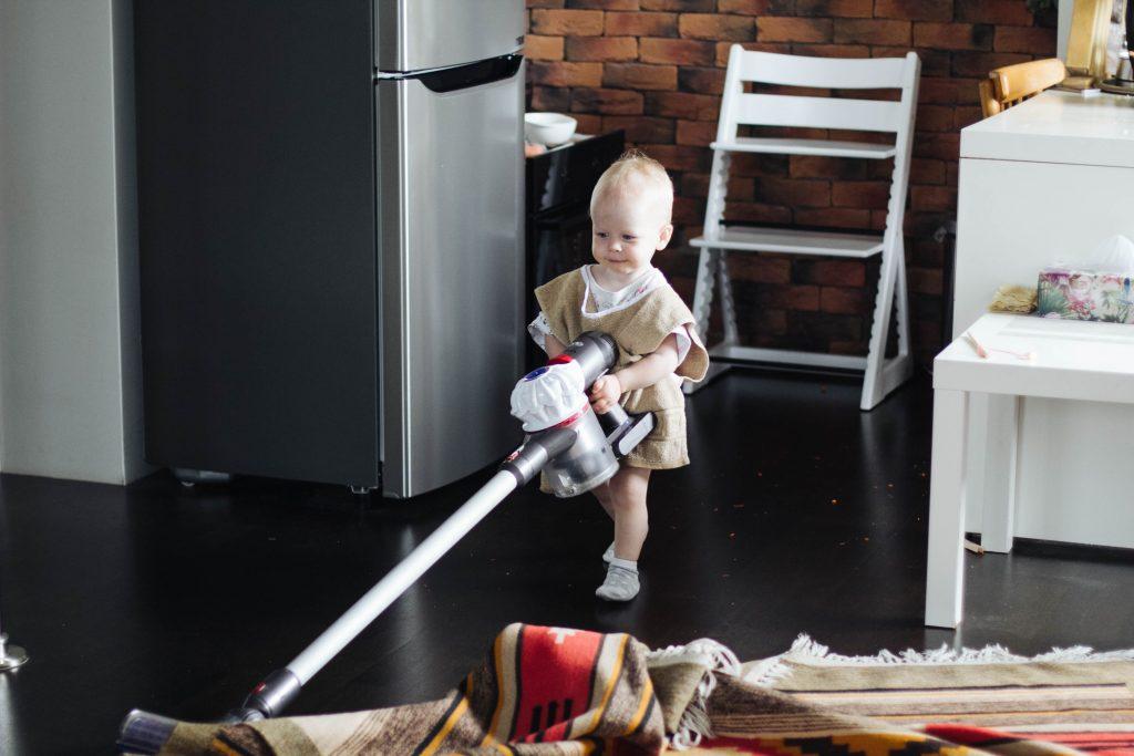 Ребёнок пылесосит