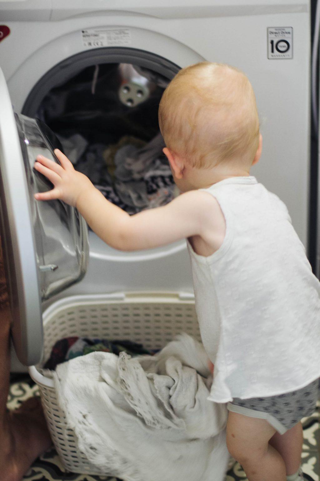 Выгружает стиральную машинку