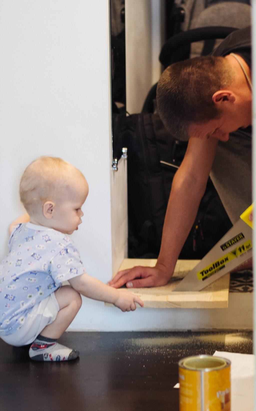 Помогает папе распилить доску