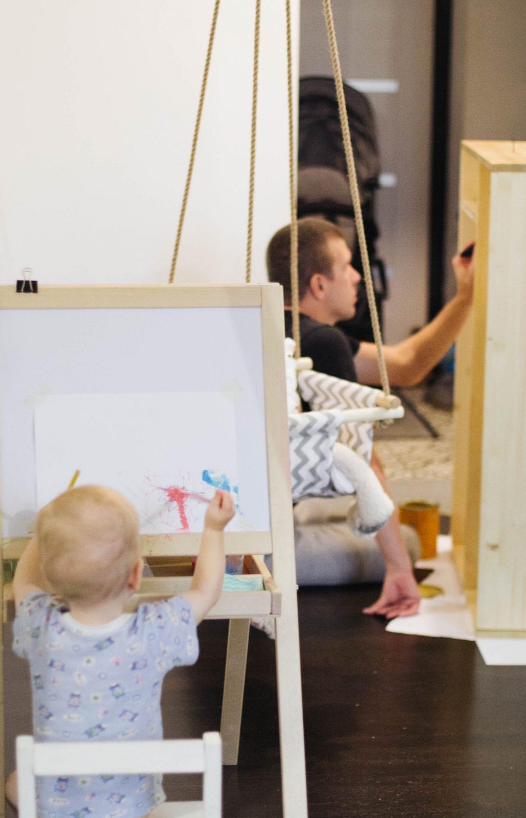 Ребёнок рисует на мольберте