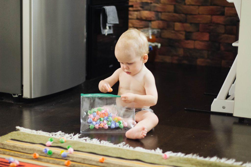 Малыш играет с мозаикой