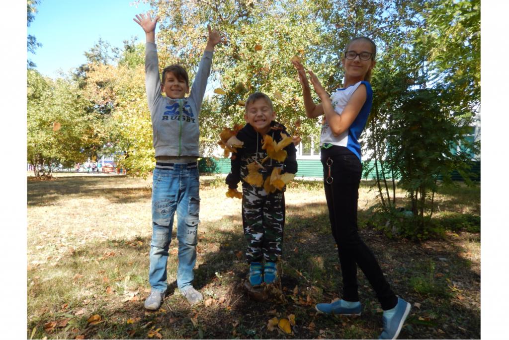 Дети устроили листопад