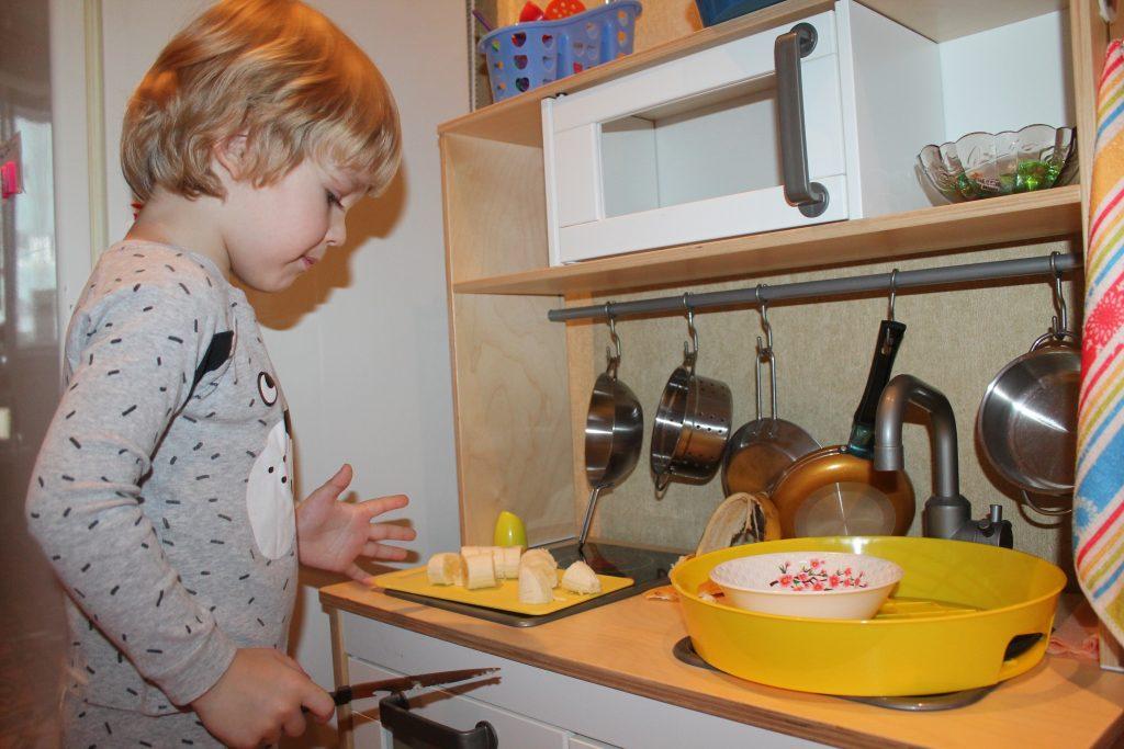 Ребёнок готовит перекус
