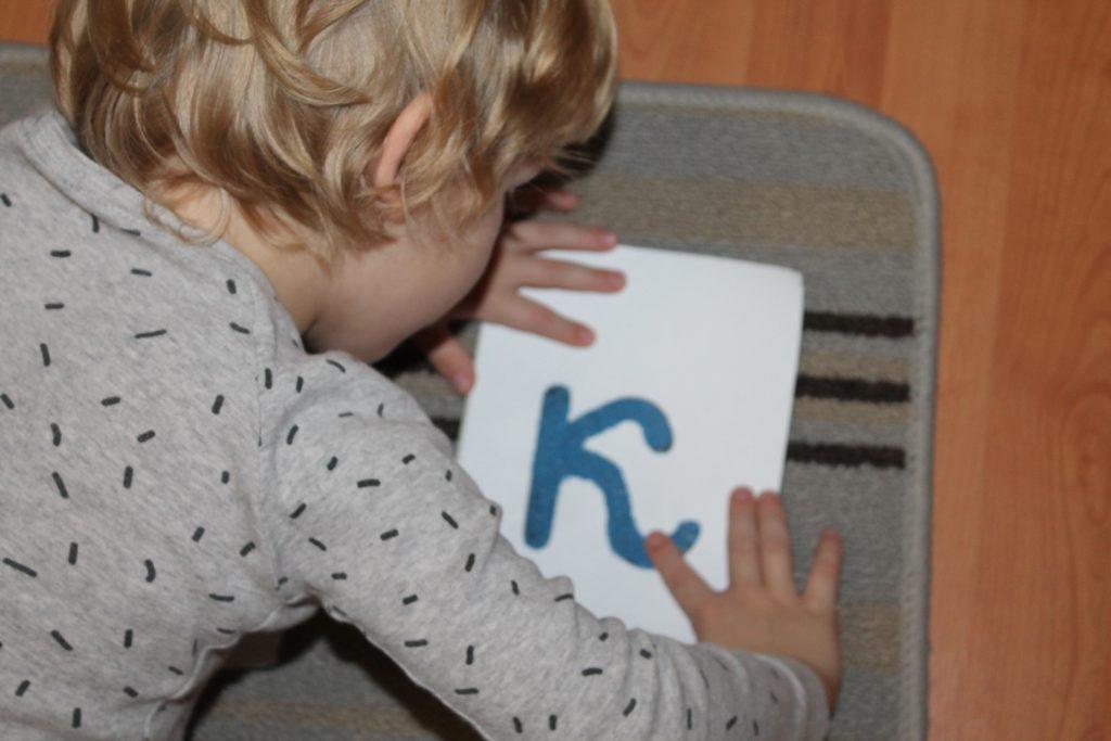 Сын занимается с шершавыми буквами