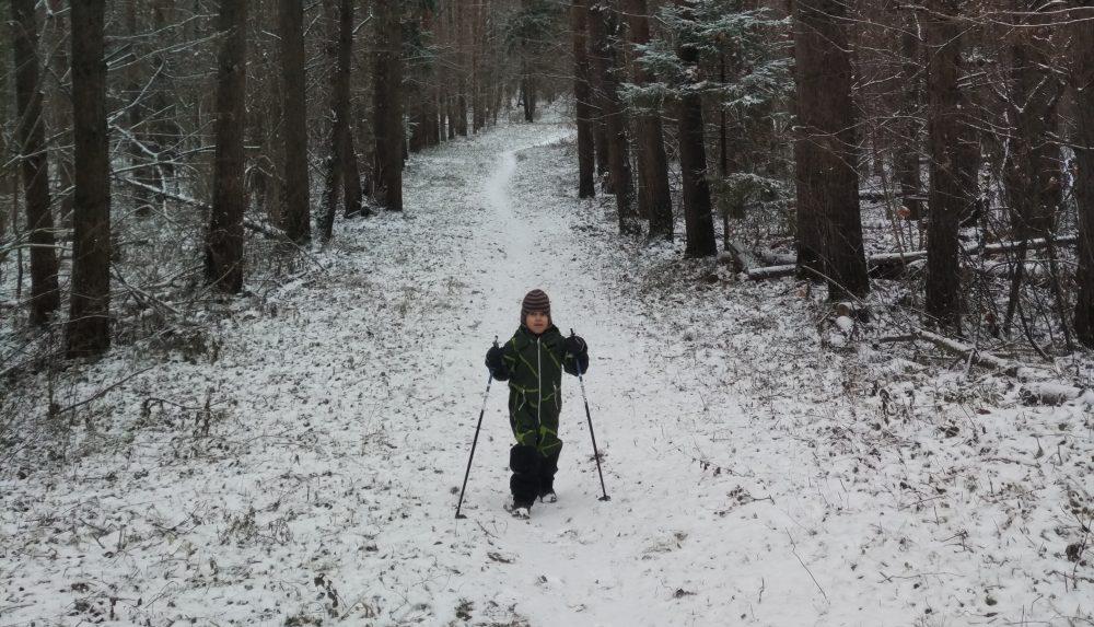 Ребёнок ходит с палками