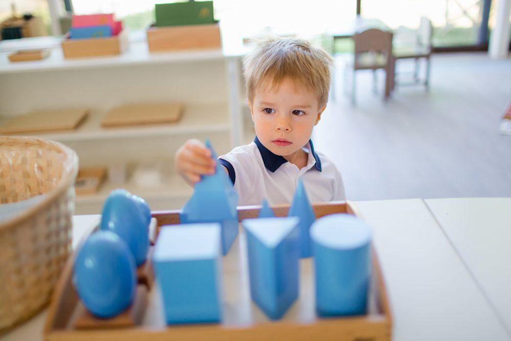 Ребёнок изучает геометрические тела