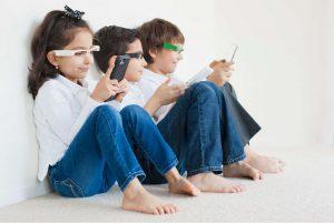 дети со смартфонами и планшетами