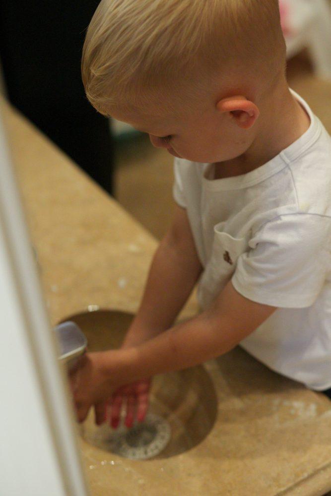 Ребёнок моет руки самостоятельно