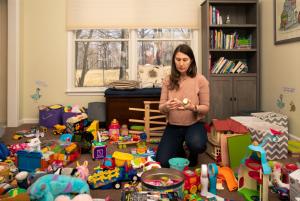 Педагог разбирает детские игрушки