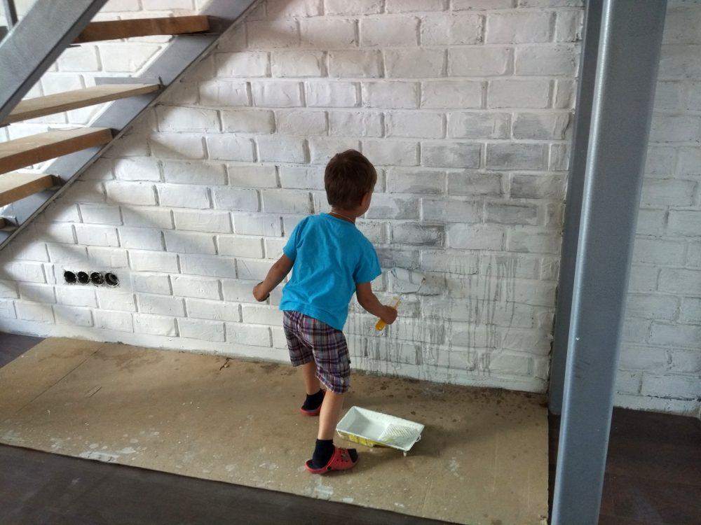Ребёнок красит стены