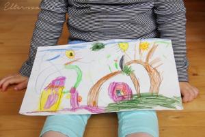 Девочка с рисунком ждёт похвалы