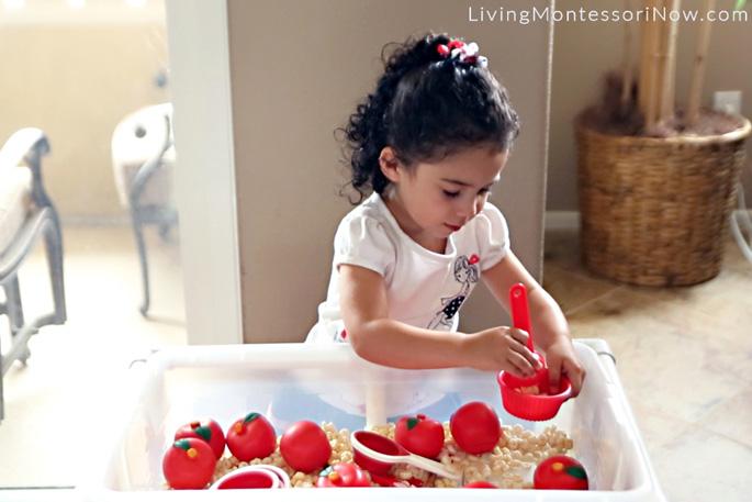 Ребёнок играет за сенсорным столом