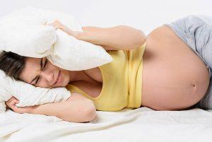 Прибавка в весе мамы становится более интенсивной и составляет примерно 500 г в неделю. В общей сложности женщины набирают 8–11 кг. Не стоит слишком волноваться, если ваши показатели отклоняются от указанных — жёстких рамок врачи не устанавливают. Тем более не нужно садиться на диеты и пытаться сбросить лишний вес.